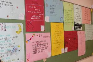 《韓国語科》韓国語の詩が展示されています